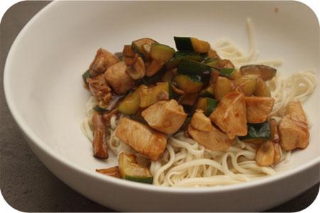 Noodles met Kip, Courgette en Champignons