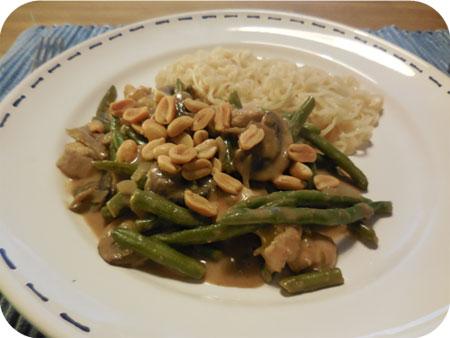 Noodles met Sperziebonen en Champignons in Pindasaus
