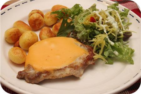 Karbonade met aardappeltjes en sla