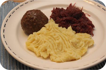 Rode Kool met Aardappelpuree en Gehaktbal