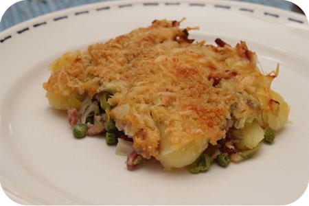 Aardappelschotel met Prei, Doperwten en Spekjes op bord