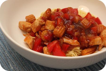 Noodles met Mini Mais in Zoetzure Saus