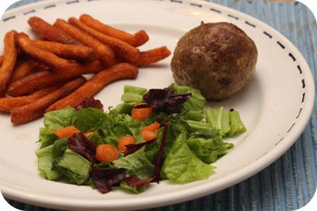 Groentefriet met een Gehaktbal en Salade