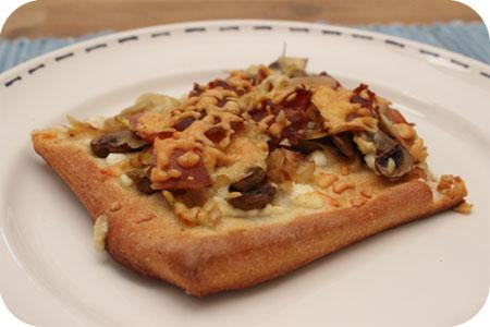 Pizza met Hüttenkäse, Champignons en Spek