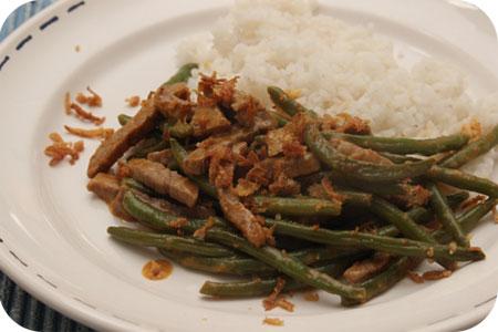 Rijst met Sperziebonen en Rosbief in Red Curry Saus