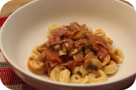 Tortellini met Spek en Champignons in Zoetzure saus