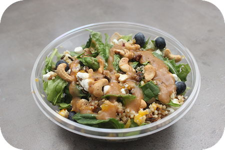 Lente salade geitenkaas blauwe bes met citrus mango dressing