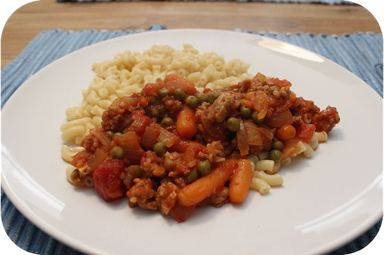 Macaroni met Doperwten, Worteltjes en Worstjes in Tomatensaus,