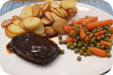Sucadelapje met Gebakken Aardappeltjes, Doperwten en Worteltjes
