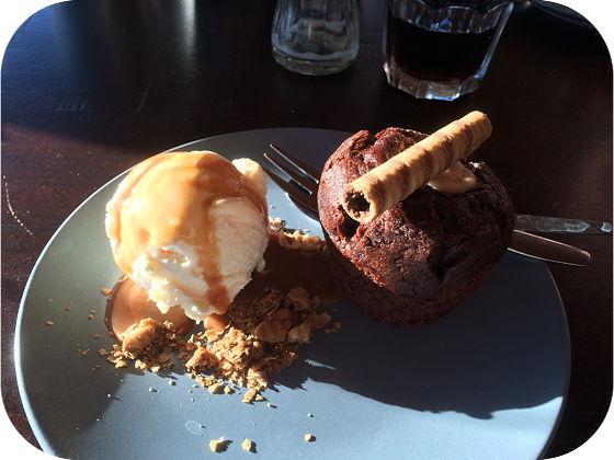 Paal 19 Half in De Koog chocolademuffin met ijs en salted caramel