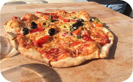 Pizza van Pizza on Wheels pizza klaar om gesneden te worden
