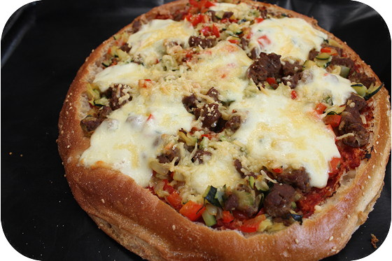 Turkse Brood Pizza met Worstjes, Courgette en Paprika