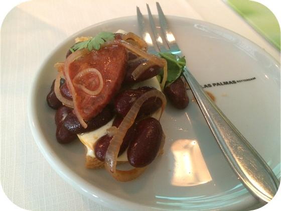 toast avocado, zwarte bonen, mayonaise-crème fraîche, chorizo