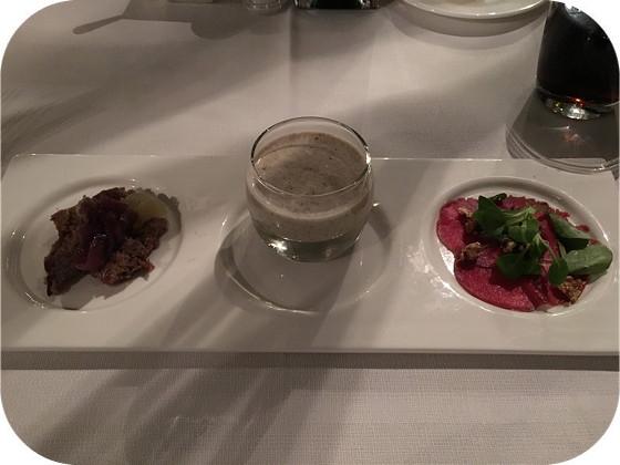 De Rotisserie rhenen voorgerecht Pulled pork met gel van Amsterdamse ui, crème van bospaddestoelen en carpaccio van hert