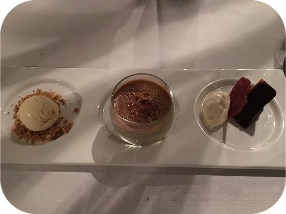 De Rotisserie rhenen Mandarijnenijs met notencrumble, crème brille van espresso, chocoladetaart met witte chocolademousse