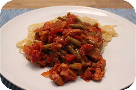 Spaghetti met sperziebonen en vegablokjes in tomatensaus