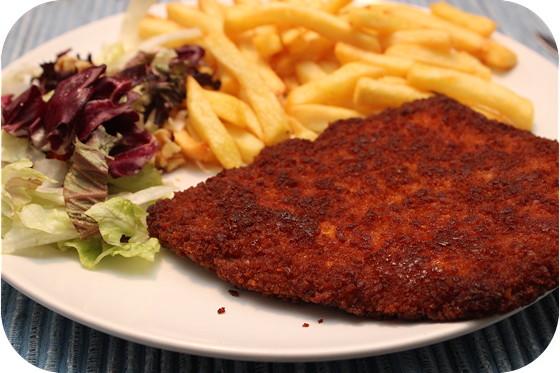 XXL-Schnitzel met friet en salade