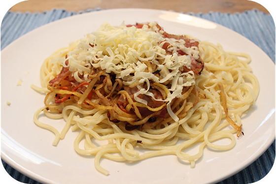 Spaghetti met Wortelspaghetti en Knapperig Ontbijtspek