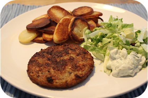 Notenburger met Sla en Gebakken Aardappeltjes