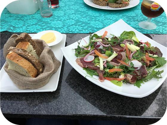Vendel in Veenendaal salade geschroeide tonijn
