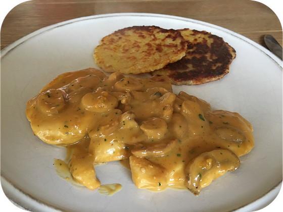 Kipfilet met Champignonsaus en Kartoffelpuffer