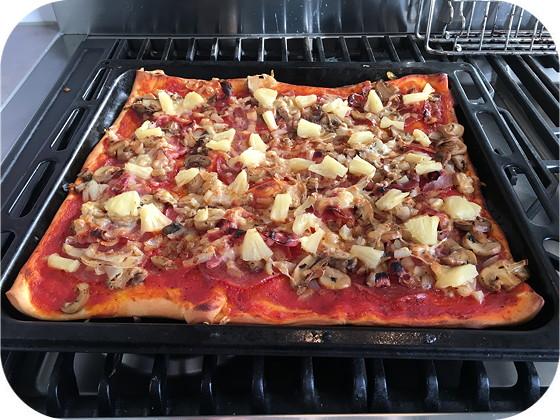 Pizza met Salami, Spek en Ananas