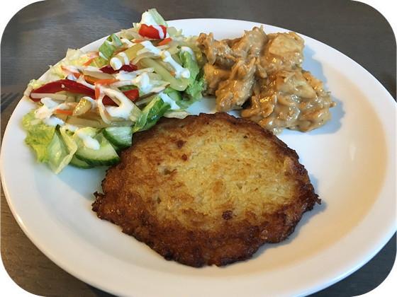 Salade met Kipschnitzel in Saus en Reibekuchen