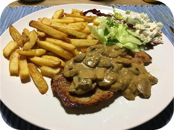Schnitzel met Champignonroomsaus en Frites
