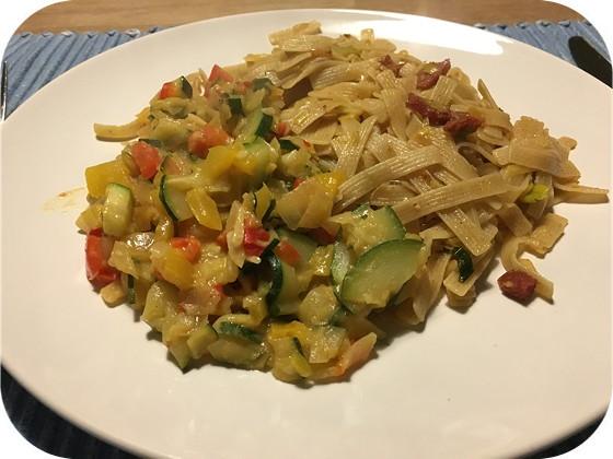 Bami met Courgette en Paprika in Kokossaus
