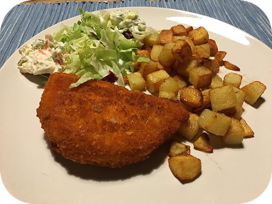 Satéschnitzel met Salade en Gebakken Aardappeltjes