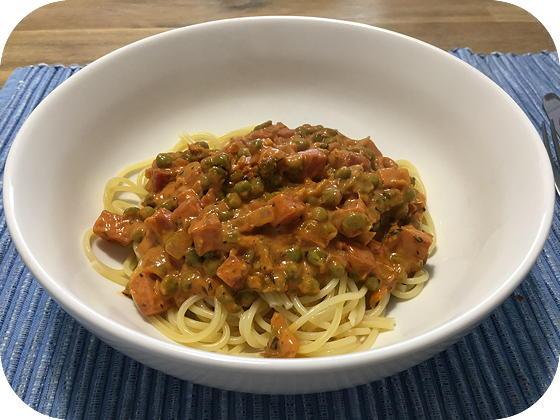 Spaghetti met Doperwtjes, Ham, Salami en Romige Tomatensaus