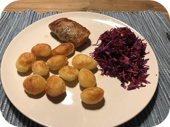 Slaburger met Aardappeltjes en Rode Kool salade