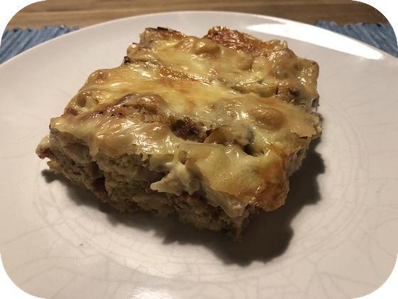 Hartige Broodpudding met Champignons, Kaas en Ontbijtspek