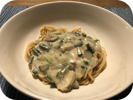 Spaghetti met Kip, Courgette en Champignons in Roomsaus