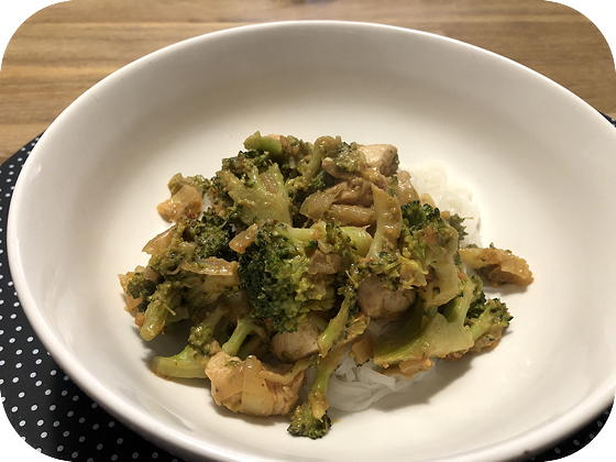 Noedels met Broccoli en Kip in Pindasaus