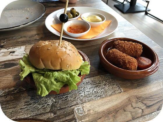 Tapas eten bij Tr3s Tres Veenendaal kipburger, chorizokroketjes