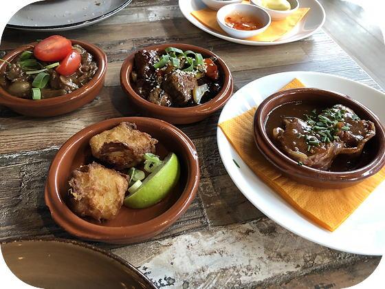 Tapas eten bij Tr3s Tres  Veenendaal runderstoofpotje, gewokte ossenhaaspuntjes, kibbeling, varkensoester,