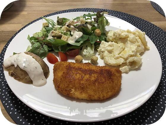 Kaasschnitzel met Salade en Gepofte Aardappel