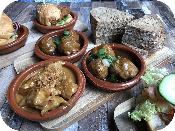 Lunchen bij Tr3s Veenendaal Huisgemaakte gehaktballetjes in jus en kipsaté met gebakken uitjes