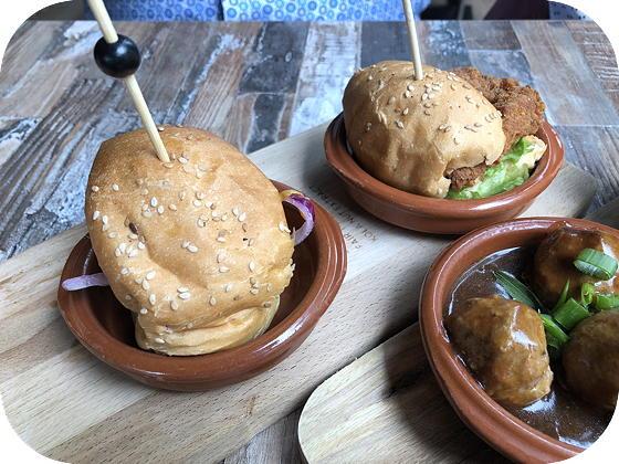 Lunchen bij Tr3s Veenendaal classic burger met cheddar en ketchup en een smokey kipburger