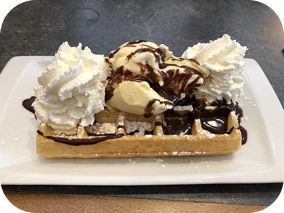 Wafels bij Diana Lommel vanille-ijs chocoladesaus