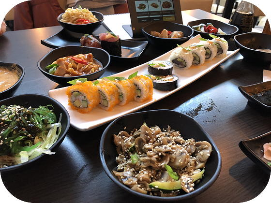 Hamachi Lommel Californian roll, sushi special, mushroom yaki, yaki mie, Thaise curry, kimchi, gunkan sushi