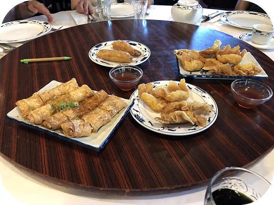 Dim Sum bij Tai Soen Utrecht Gefrituurde deegflensjes gevuld met kip, Gefrituurde sojavellen gevuld met varkensvlees en garnalen, loempia's