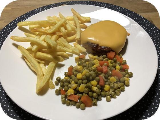 Kipburger met Patat en Doperwten Fiësta