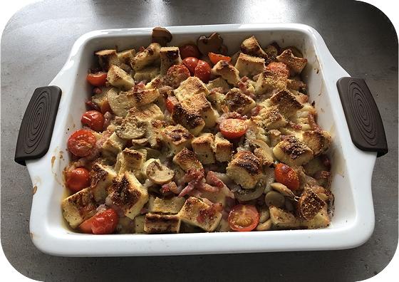 Hartige Broodpudding met Spekjes, Tomaat en Champignons