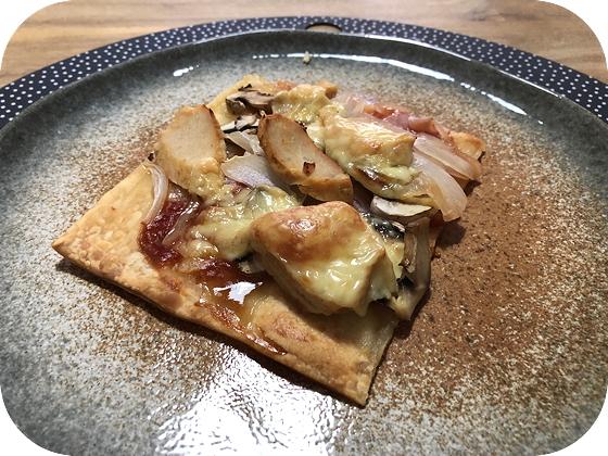 Pizza met bbq-saus, kip en champignons