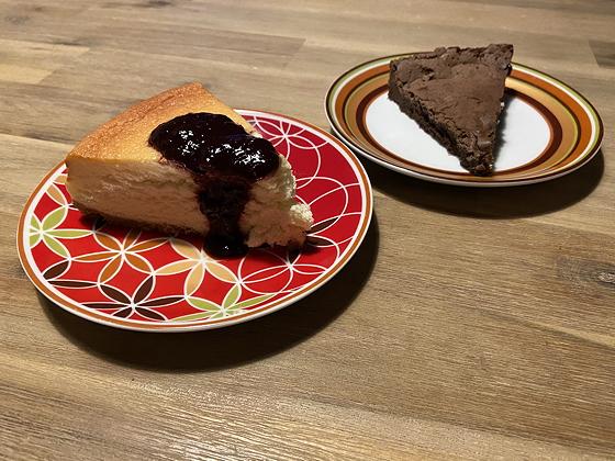 Driegangen van De Keuken Wageningen chocoladetaart en cheesecake met kersensaus