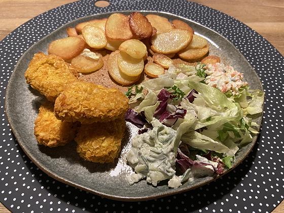 Krokante Kipschnitzeltjes met Salade en Gebakken Aardappeltjes