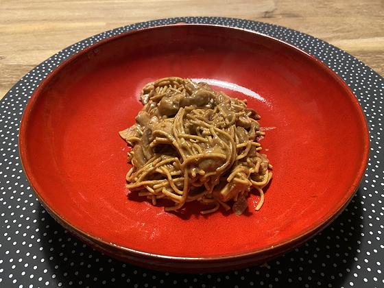Noodles met Kip, Champignons in Pindasaus