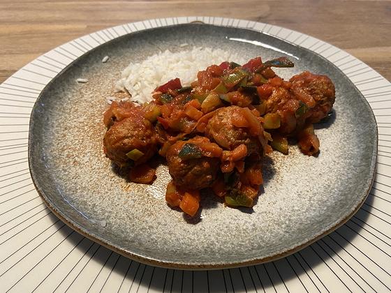 Rijst met Notenballetjes in Tomatensaus